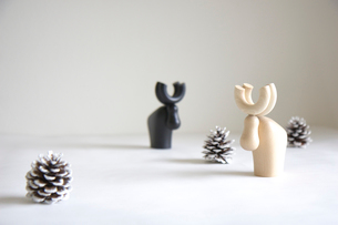 まつぼっくりと木製トナカイの写真素材 [FYI03919568]