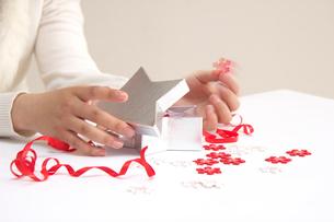 箱のふたを開ける女の子の手元の写真素材 [FYI03919583]