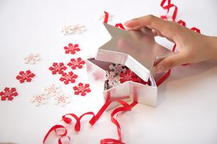 箱のふたを開ける女の子の手元の写真素材 [FYI03919587]
