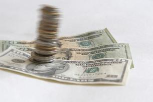 USドル紙幣と多国籍コインの写真素材 [FYI03919595]