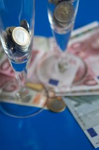 ユーロ紙幣と多国籍コインの写真素材 [FYI03919599]