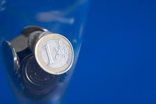 コップの中の多国籍コインの写真素材 [FYI03919600]