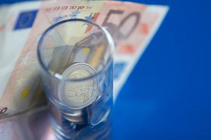 ユーロ紙幣とコップの中のコインの写真素材 [FYI03919601]