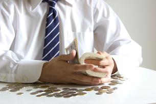 お金を数える男性の手元の写真素材 [FYI03919613]
