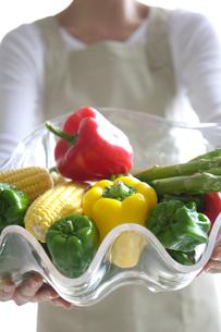 野菜を持つ女性の写真素材 [FYI03919636]