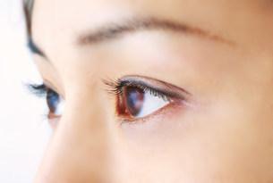 女性の目の写真素材 [FYI03920326]