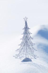 白い雪原とワイヤーツリーの写真素材 [FYI03920455]