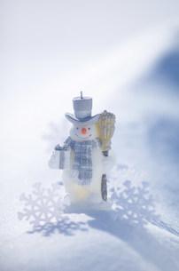 白い雪原とスノーマンの写真素材 [FYI03920481]