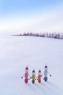 白い雪原とカラフルなスノーマンの写真素材 [FYI03920482]