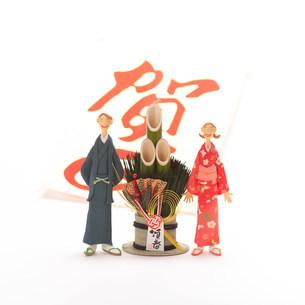 正月のカップルと門松 クラフトの写真素材 [FYI03920787]