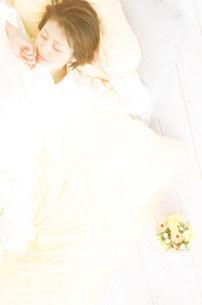 ベッドで眠る女性の写真素材 [FYI03920810]