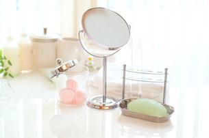 鏡と石けんの写真素材 [FYI03920821]