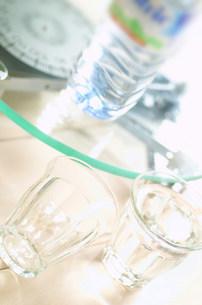 グラスとミネラルウオーターの写真素材 [FYI03920958]