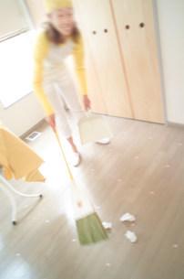 掃き掃除の写真素材 [FYI03920966]