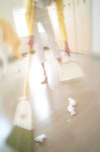 掃き掃除の写真素材 [FYI03920969]