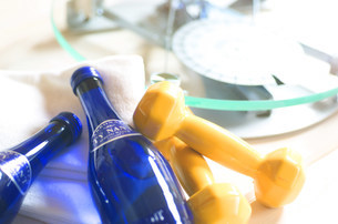 飲み物とダンベルの写真素材 [FYI03921059]