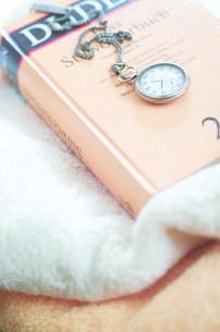 懐中時計と本の写真素材 [FYI03921060]