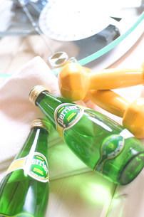 飲み物とダンベルの写真素材 [FYI03921064]