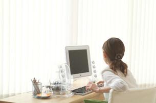 パソコンを打つ女性の写真素材 [FYI03921341]