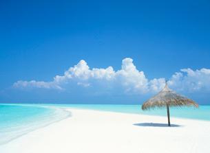 青空と白い砂浜の写真素材 [FYI03921601]