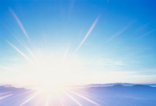乗鞍岳から望む山並みと日の出の写真素材 [FYI03921722]
