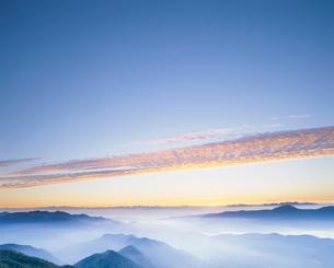 乗鞍岳から望む山並みと朝霧の写真素材 [FYI03921730]