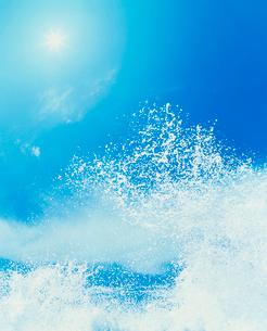 青い海と波しぶきの写真素材 [FYI03921858]