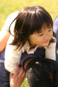 おんぶする女の子の写真素材 [FYI03922038]