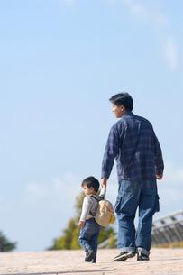 公園を歩く親子の写真素材 [FYI03922039]
