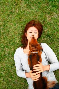 犬と戯れる女性の写真素材 [FYI03922064]