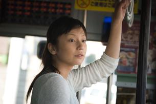 バスから外を眺める女性の写真素材 [FYI03922081]