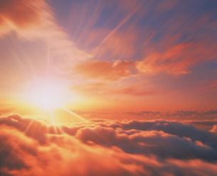 朝日と雲海の写真素材 [FYI03922137]