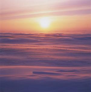 北極圏バローの日の出の写真素材 [FYI03922179]