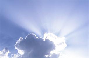 雲間の太陽光線の写真素材 [FYI03922562]
