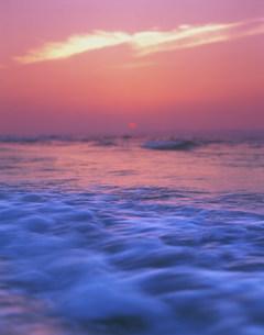 海と夕日の写真素材 [FYI03922582]