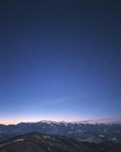 木曽駒ヶ岳と星空の写真素材 [FYI03922680]