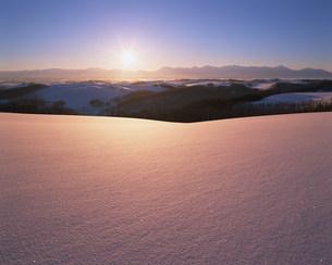 雪原と朝日の写真素材 [FYI03922688]