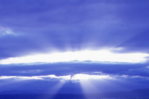 雲の切れ間からの朝日の写真素材 [FYI03923147]