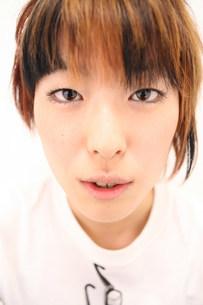 真顔の女性のアップの写真素材 [FYI03923512]