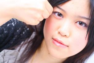 前髪をさわっている女性の写真素材 [FYI03923522]