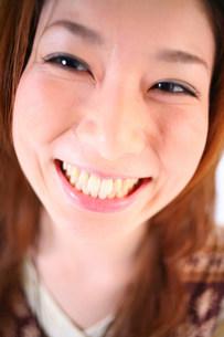 笑っている女性のアップの写真素材 [FYI03923526]