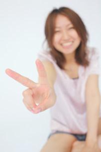 Vサインをしている女性の写真素材 [FYI03923552]