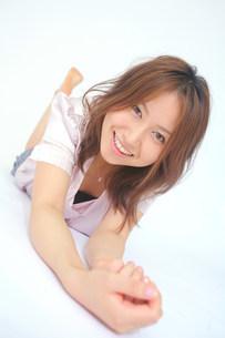 横になって笑っている女性の写真素材 [FYI03923556]