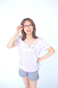 メガネをかけてポーズとる女性の写真素材 [FYI03923558]