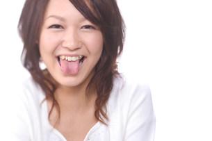 舌を出して笑っている女性の写真素材 [FYI03923577]