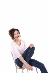椅子に座って笑っている女性の写真素材 [FYI03923580]