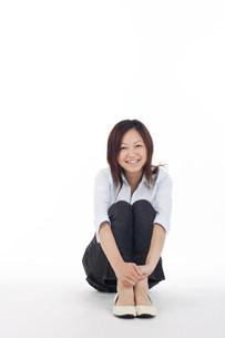 膝をかかえて座っている女性の写真素材 [FYI03923612]