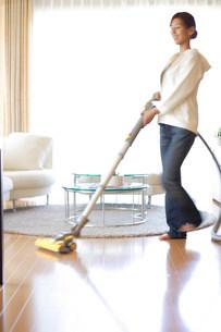 掃除機をかけている女性の写真素材 [FYI03923619]