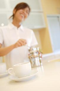 コーヒーを入れている女性の写真素材 [FYI03923652]