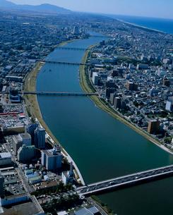 信濃川を中心とした新潟市街の写真素材 [FYI03923707]